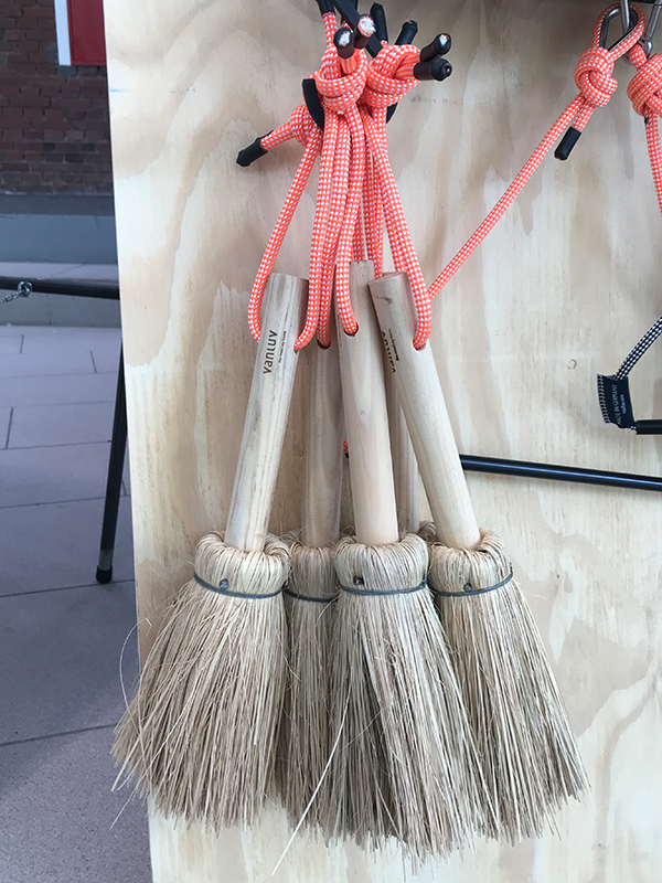 Handbesen mit Stroh